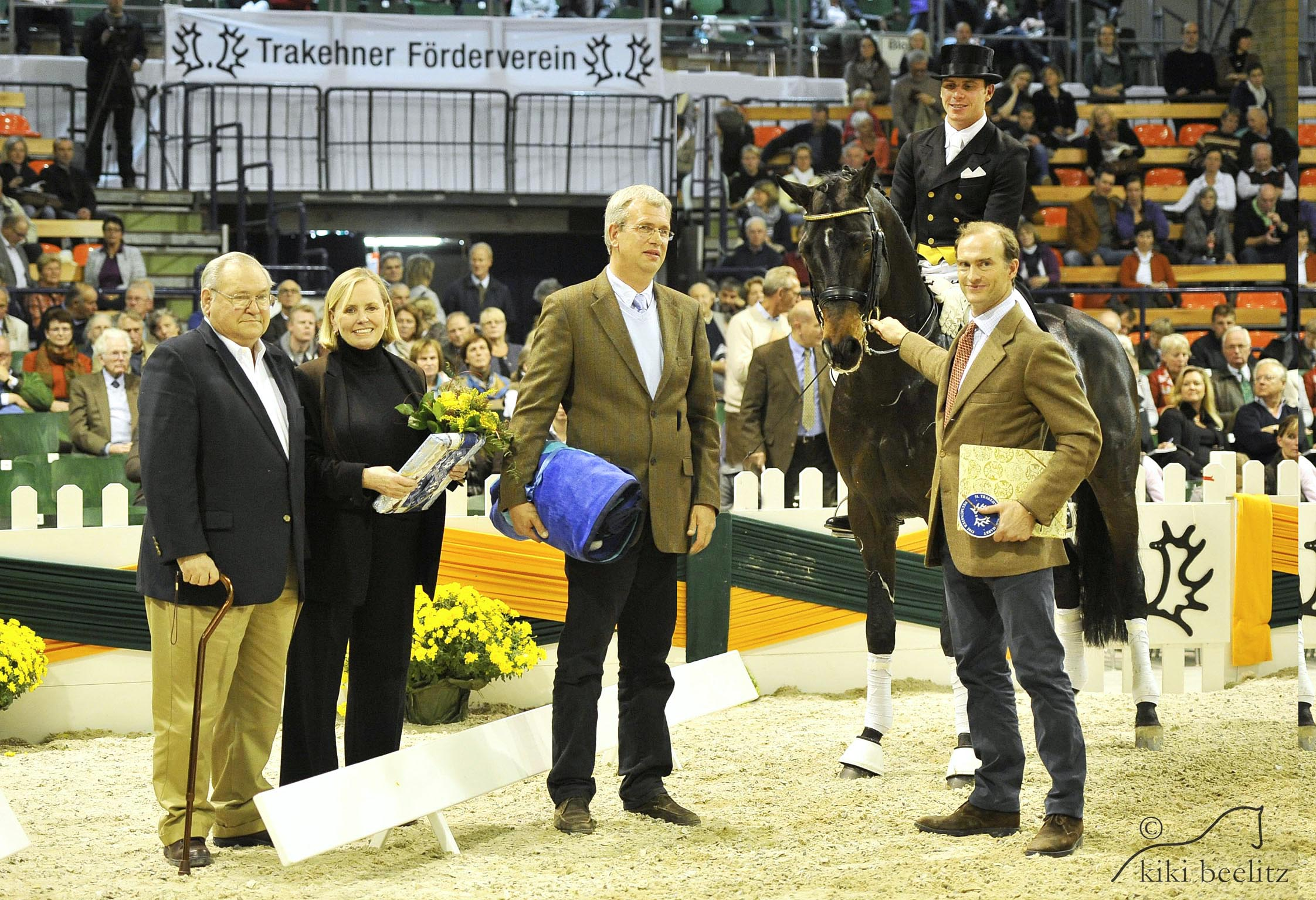 Herzensdieb, pictured with Doug and Louise Leatherdale, Jens Meyer and Prince Donatus Von Hessen, receives the Elite title from the Trakehner Verband. Photo by Kiki Beelitz.