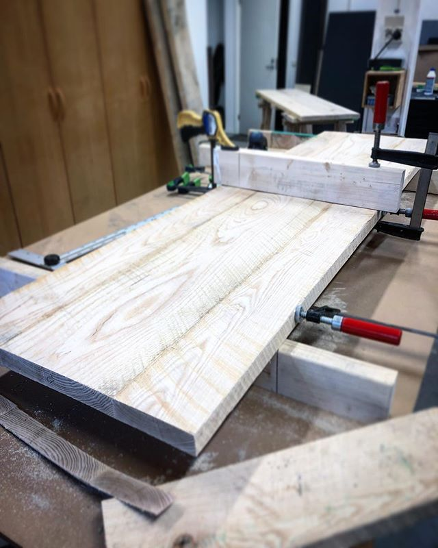 Work in progress. Bespoke tabletop made in American white ash. Liking the current rough look but it's now ready to be planed. 🔨 / _______________________________________________________ #stillback #handmade #bespoke #woodenfurniture #furniture #furnituredesign #varumärkesgestaltning #details #design #detaildesign #restaurantdetails #table #restaurantdesign #upplevelsedesign #itsallinthedetails #fysiskkommunikation #tactilecommunication