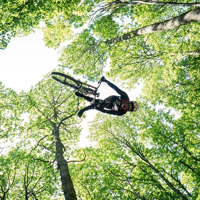 We are stoked to have a new rider to add to the @peatysproducts shredders! 🔥🚀 Any guesses on who it could be??🤔 #peatysdreamteam 📷 @jamesfearnleymedia #peatysproducts #peatys #linklube #freeride #mtb #dirtlife #mtblife #mtblifestyle #loamfoam