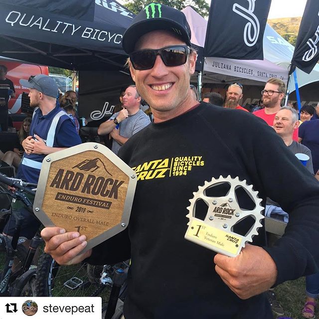 @stevepeat has still got it💃🏻🍻 ・・・ Bonus at the @ardrockenduro , won the Vets!!😬 and smashed the overall!! Sorry @dannyhart1 😘😂 #peatysproducts #peatys #stevepeat #bikelife #peatyslinklube #peatysloamfoam #shakinguptheindustry #cutthecrap