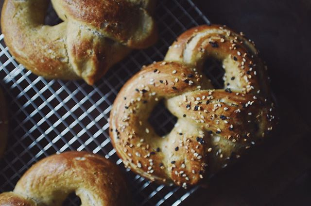 A half batch of rosemary soft pretzels on this Sunday. Topped 2 with @traderjoes everything bagel without the bagel seasoning 🤭 Recipe @twopeasandpod