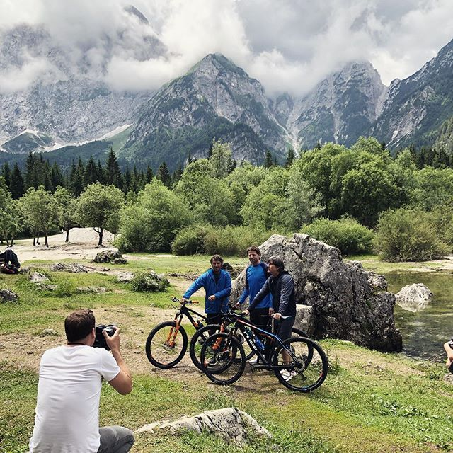 Shooting @niveamen_de #campaign in #slowenien  again with #jogilöw #romanweidenfeller #karlheinzriedle . . . . . . . . . . . . . #advertising #photographer #nature #mountains #mountainbiking #sports #dfb #soccer #addidas #travel #photoshooting #lake #bts #behindthescenes #makingof #creative #landscape #outdoor #nature