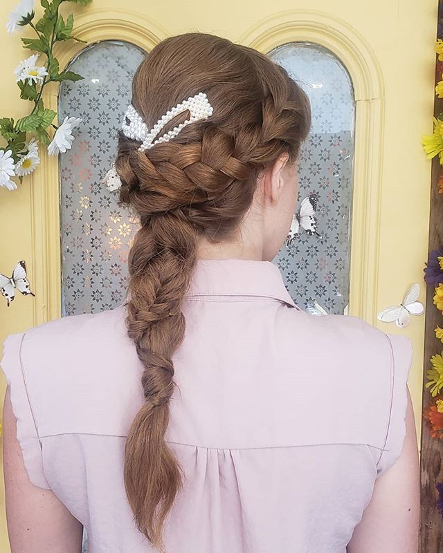 Beautiful bridal hair on my sweet Audrey 🌼🌻🌺🥀🌹🌷🦋 . . . #beautifulhair  #bridalmakeup  #bridalhair  #hairdresserlife  #hareandbristle