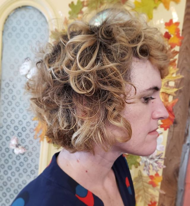 Curly girl. Color & crop by Danielle. Schedule your fall color today cause October is almost here and we have limited availability 🍁🍂🍃 . . . #curlygirl  #blondebob  #livedincolor  #curlyhair  #curlybangs  #ithacany  #cutesalon  #shaggyhair  #hareandbristle