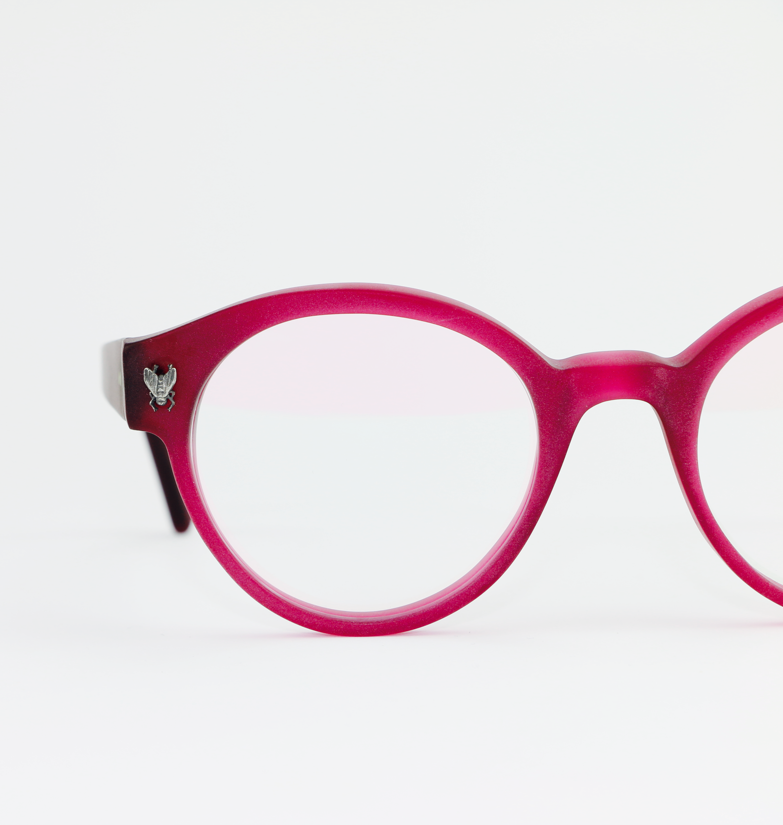 WALLACE - THE OPTICAL. COAs part of the Vivarium collection, Wallace is a comfortable statement of color. Handcrafted using a unique grade of Italian acrylic gives this frame a perfect color. Amazing as sunglasses.image: The Optical. Co