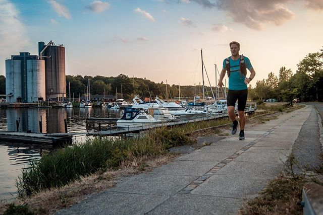 I've started to run with a running vests lately because of the intense heat we are experiencing in Denmark. You can't run particularly fast with them on, but having water close at hand is essential in this weather. Do you drink enough water in this heat? . . #running #Triathlontraining #TriathlonDK #TriNorge #Swimbikerun #Tri365 #Triatlon #triathlon #trening #træning #tritraining #aktiv #runhappy #odense #danmark #løping #løp #løb #løbing #løper #happyrunner #løpeglede #sunset #silvaglobal