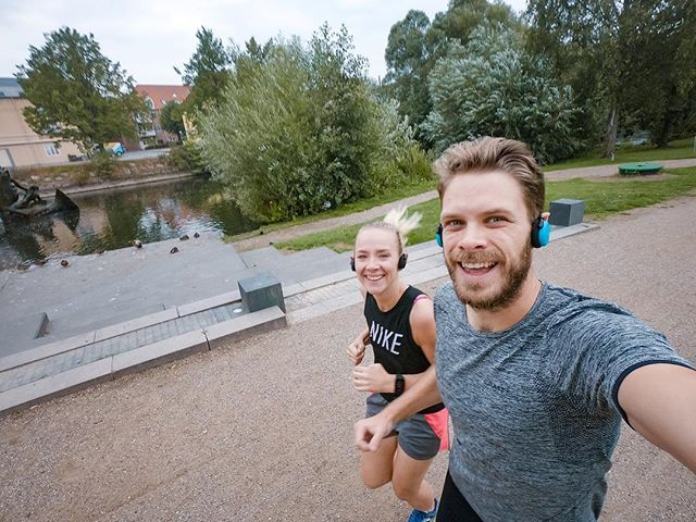 I'm so happy right now!! I woke up with relatively little soreness in both my achilles tendons this morning. I celebrated that with a 15 minute warm up and a 4k with @amalieslandersen afterwards. I love seeing progress 😁 . . #running #Triathlontraining #TriathlonDK #TriNorge #Swimbikerun #Tri365 #Triatlon #triathlon #trening #træning #tritraining #aktiv #runhappy #odense #danmark #løping #løp #løb #løbing #løper #happyrunner #couplegoals #runningbuddies #runitfast #løpeglede