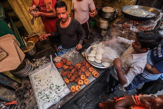 varanasi, india// . . . #varanasi #india #streetfood #womenphotograph #womenstreetphotographers #documentaryphotography #documentary #photojournalism #womenphotographers #india #indianfood #india_everyday #streetphotography #ngtuk #yourshotphotographer #natgeocreative #canon #canonphotography
