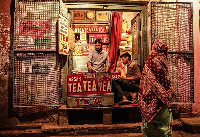 Varanasi, India// . . . #varanasi #india #teastall #tea #everydayindia #everydayeverywhere #womenstreetphotographers #SPI_collective #womenphotograph #photojournalism #womenphotographers #photograph #streetphotography #everydayasia #natgeo #natgeouk #yourshotphotographer #india_gram #indiapictures