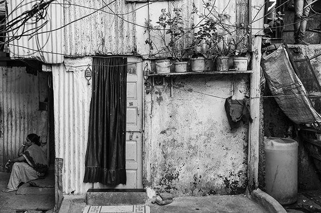 Mumbai, India // . . . #mumbai #india #womenstreetphotographers #photojournalist #aspfeatures #streetphotography #thestreetphotographyhub #spi_collective #bw #everydayeverywhere #everydayasia #dharavi #dharavislum #lensculturestreets #lensculture #burndiary #ngtuk #yourshotphotographer #natgeo #slum #myspc