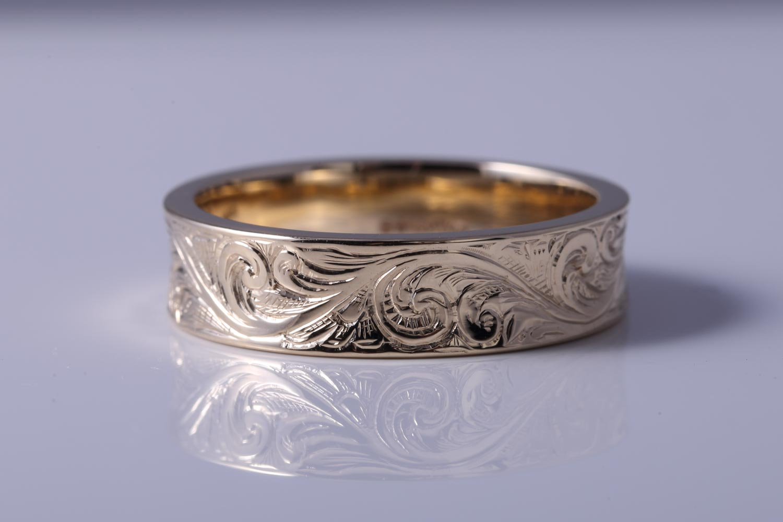 Gents+gold+weddingband+Handengraved+scroll+shotgun+engraving