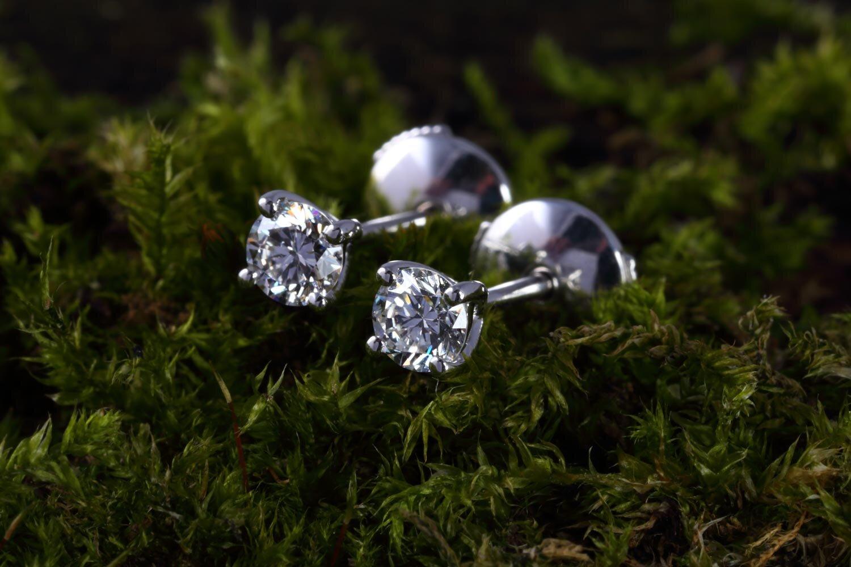 simple_diamond_stud_earrings.jpg