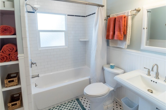 Bright and clean full bathroom.