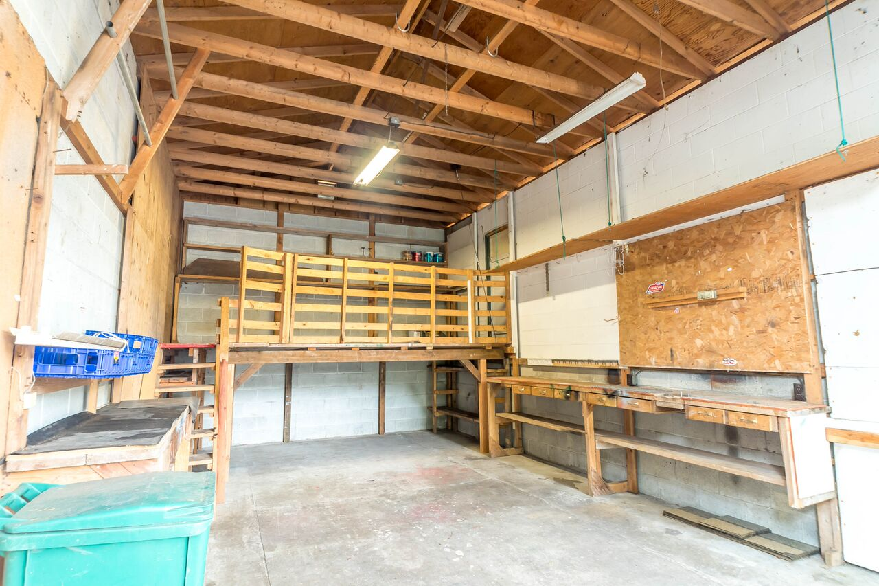 This shop/garage gives great flexibility for storage, or as a space for building and creating.