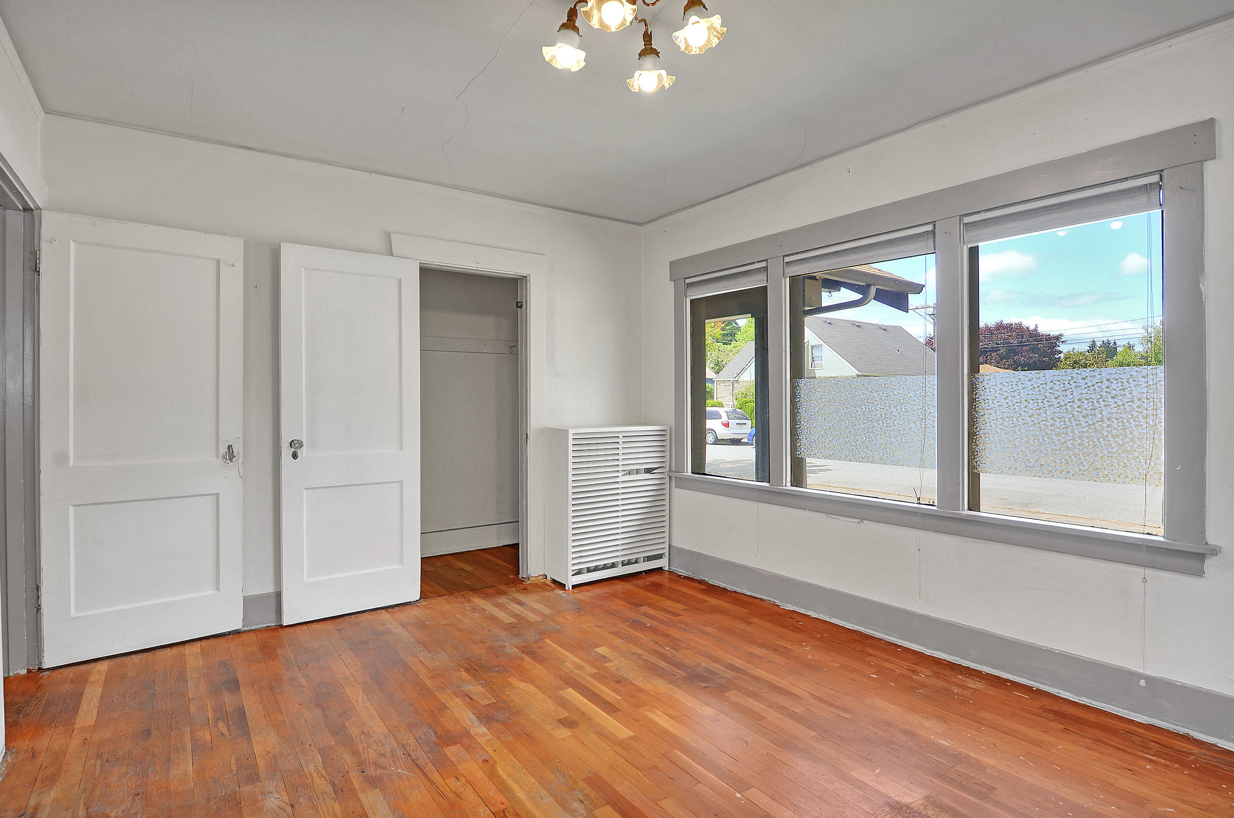 A second look at this front bedroom. Imagine these oak floors refinished.