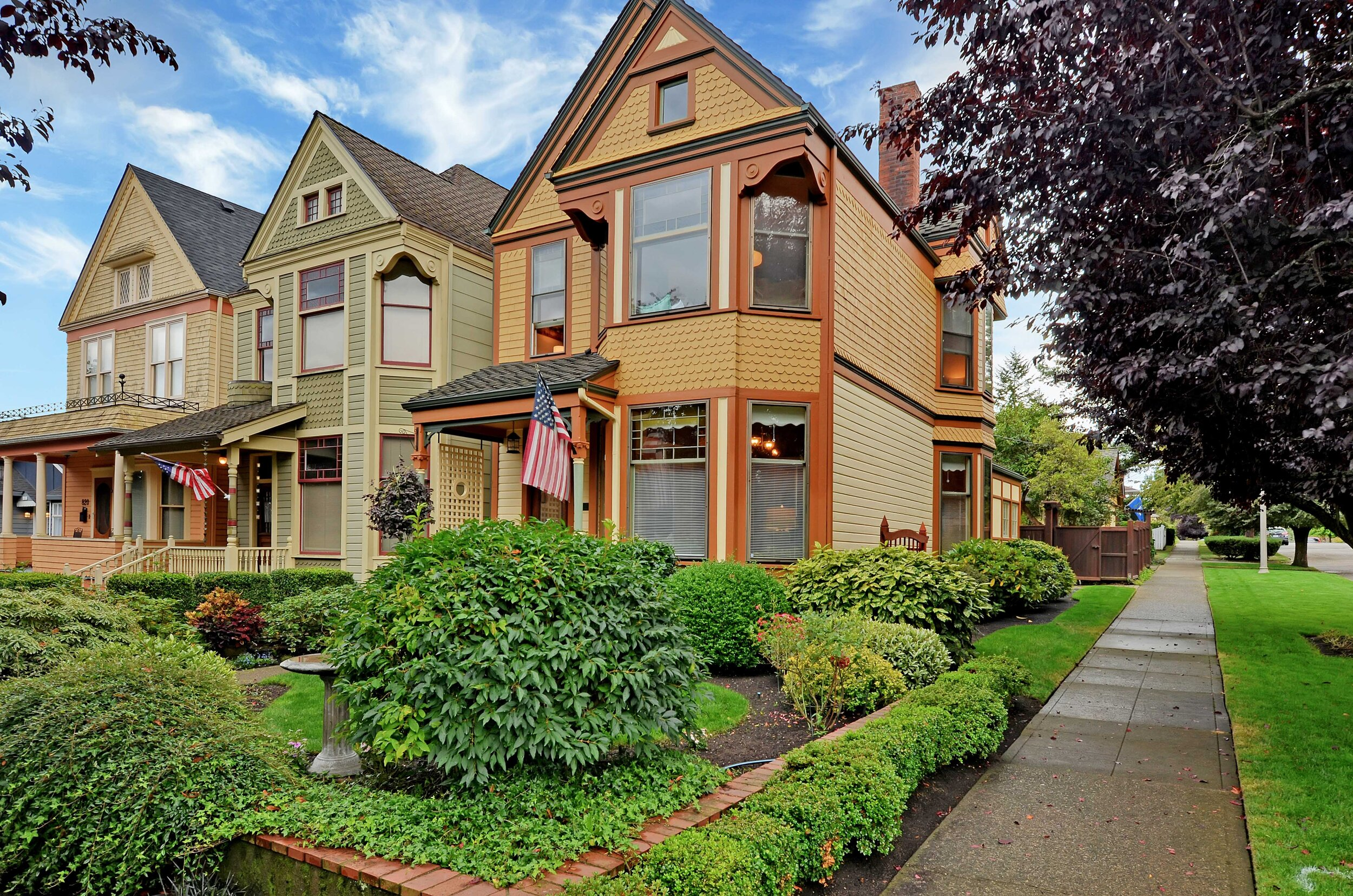 This set of Victorian homes is gathered like friends chatting on the corner. Standing on the end of the line, 824 enjoys more natural light from the north and the spaciousness of the planting strip across the sidewalk.