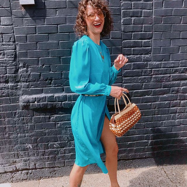 Can't help but cheesy smile in this adorable 70's teal wrap dress & basket weave purse!👗👜