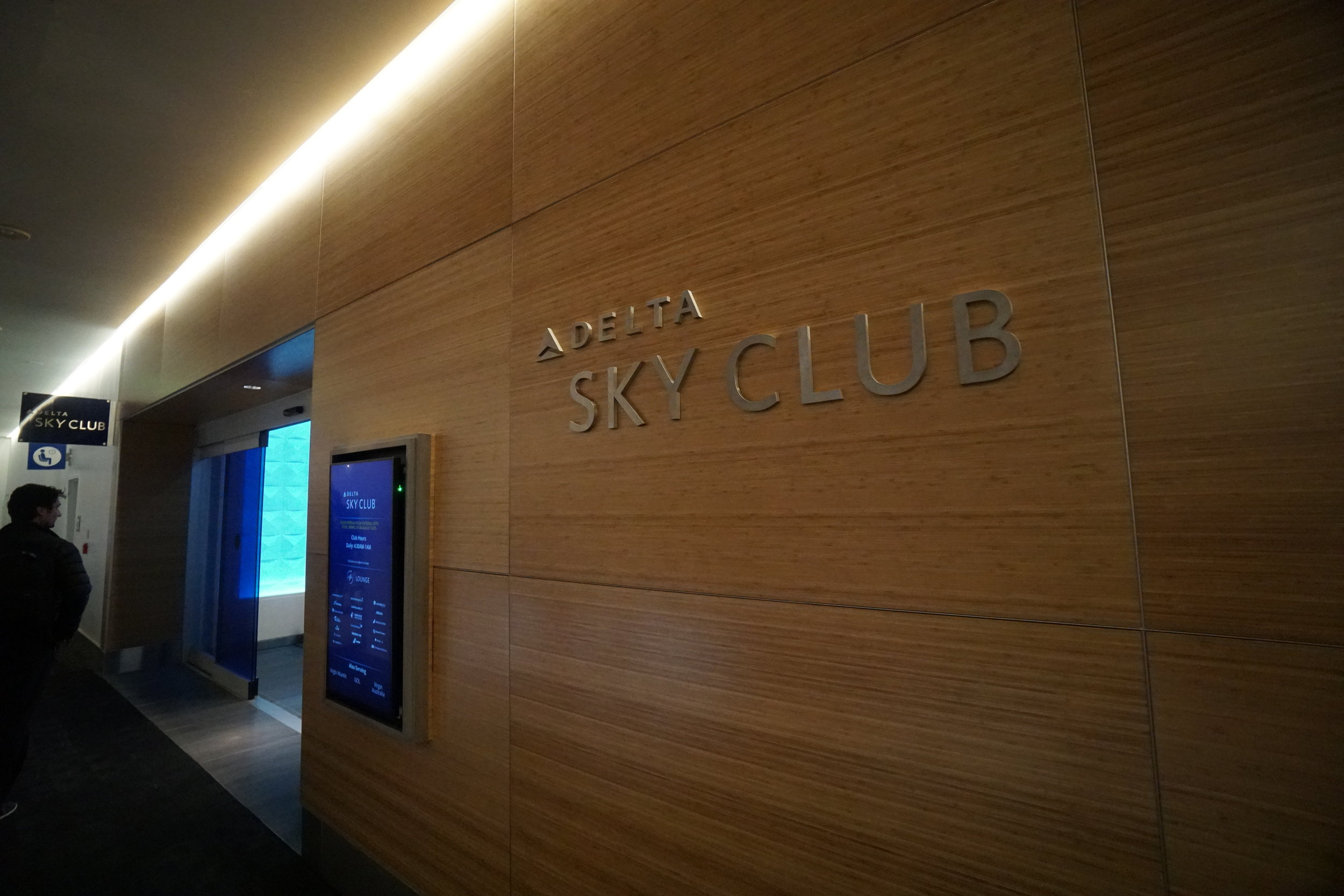delta sky club lax t2