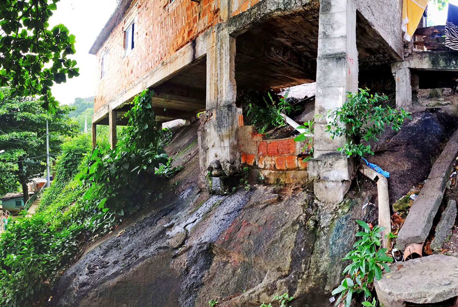 The construction and geographical conditions in the neighbourhood offers opportunities for the Água Carioca system to exploit underused spaces (e.g.beneath buildings) and improve land conditions (e.g.through terracing of wetlands).