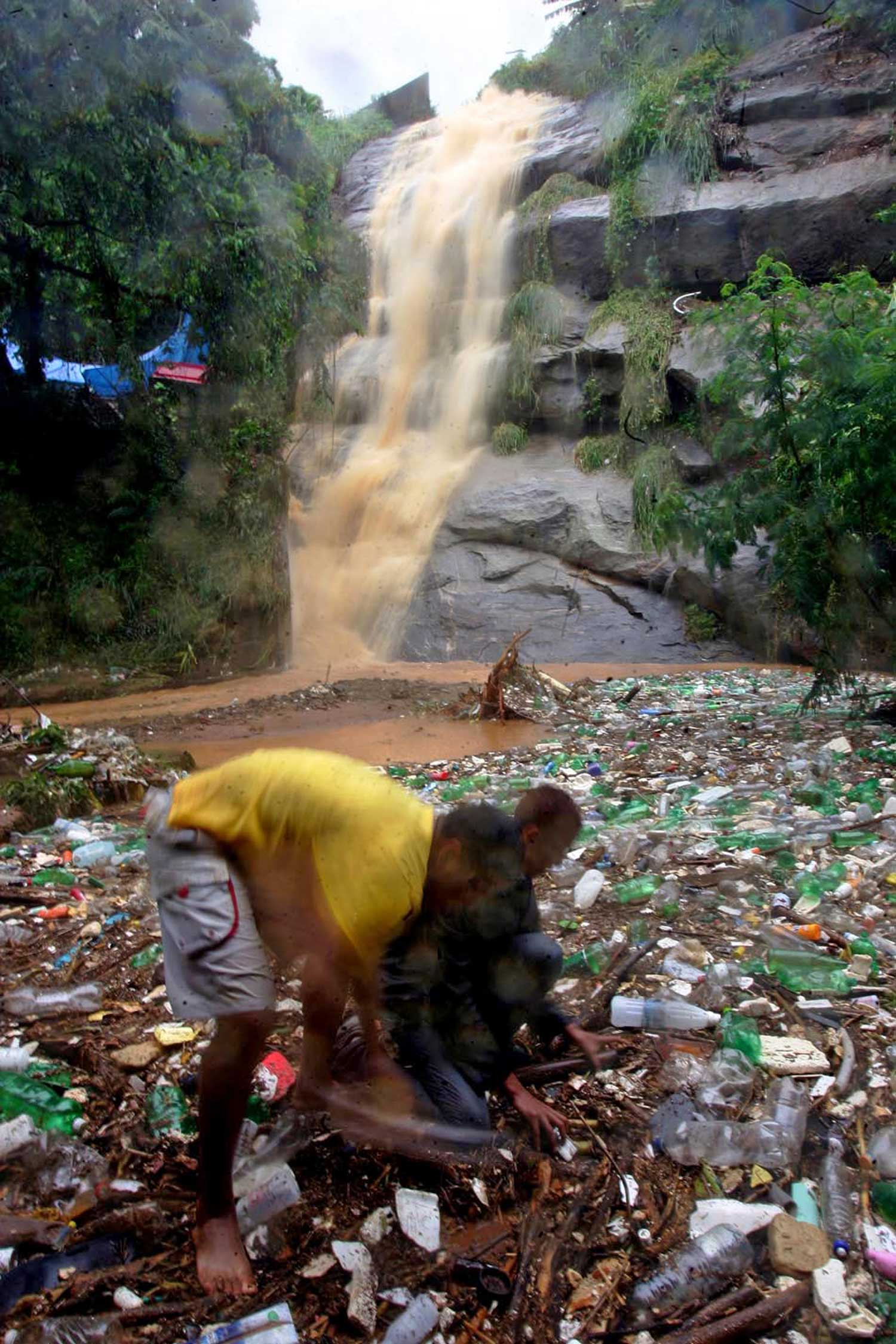 The local mountain stream, the Cascata, which eventually joins the Guanabara Bay, is clean upon entering the neighbourhood and gradually transforms in to an open sewer during the course of passing through Formiga.