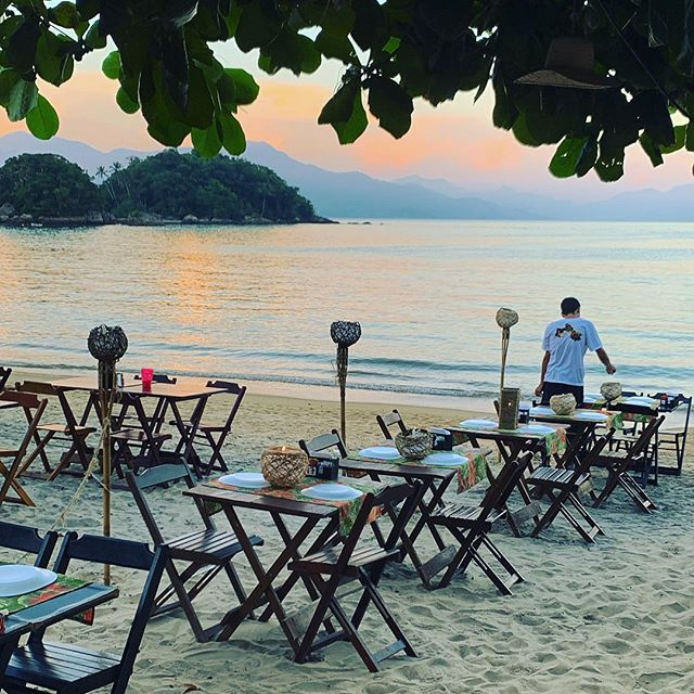Who wouldn't mind having dinner or an event here...? Dream place in paradise 💙 #brazil #ihlagrande #island #ö #brasilien #restaurang #restaurant #beach #paradise #sunset #event #dinner #instaplace #paradiset #riodejaneiro