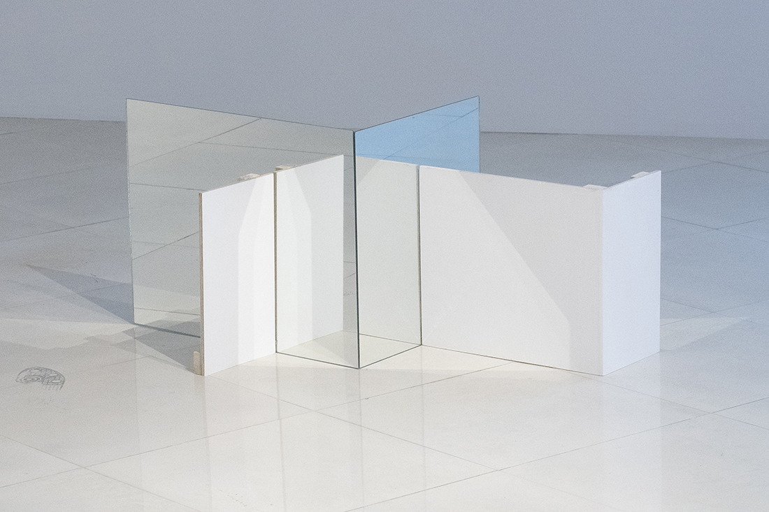 Fabiola Torres-Alzaga -  Lo que recuerda X de lo que Y olvidó,  2018.  Glass and wood.