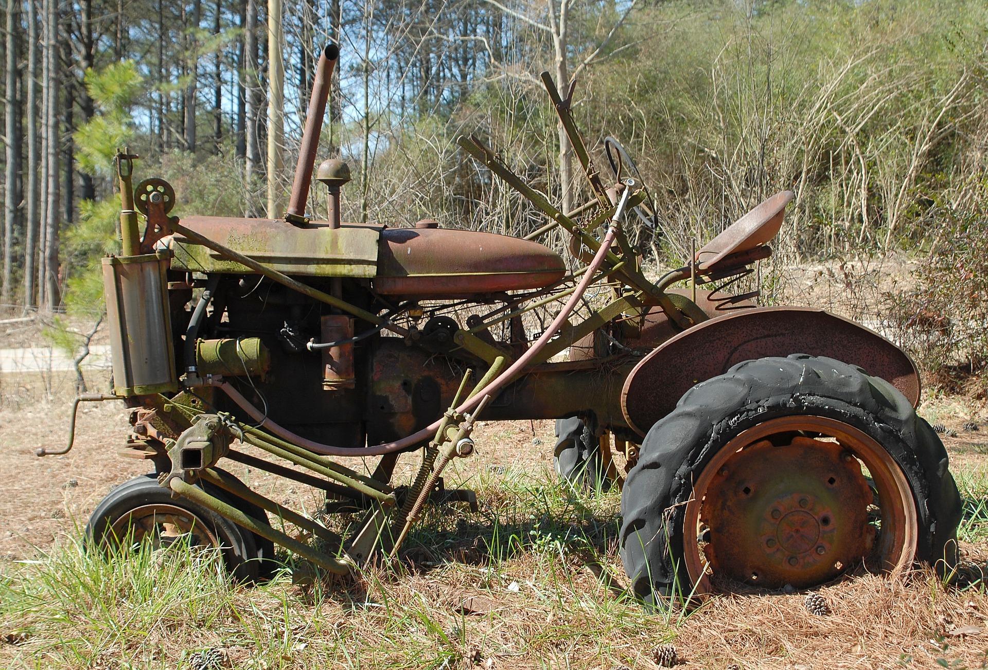 rusty-tractor-1633944_1920.jpg