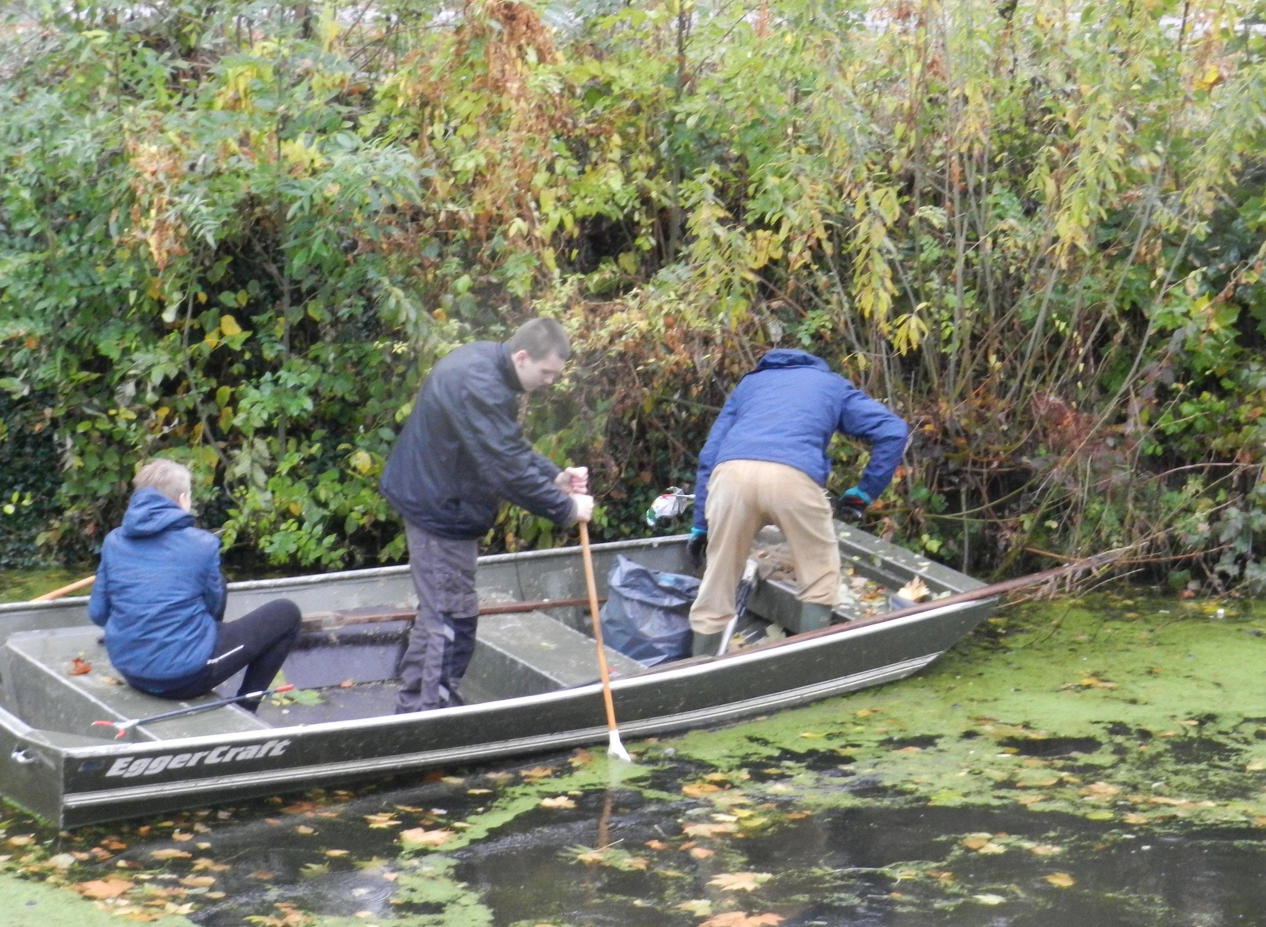 Leerlingen van Pantarijn maken de Wageningse gracht schoon