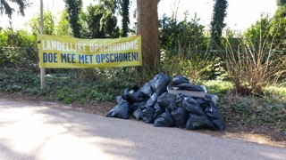 Zwerfafval opgeruimd in zakken in Wageningen Hoog