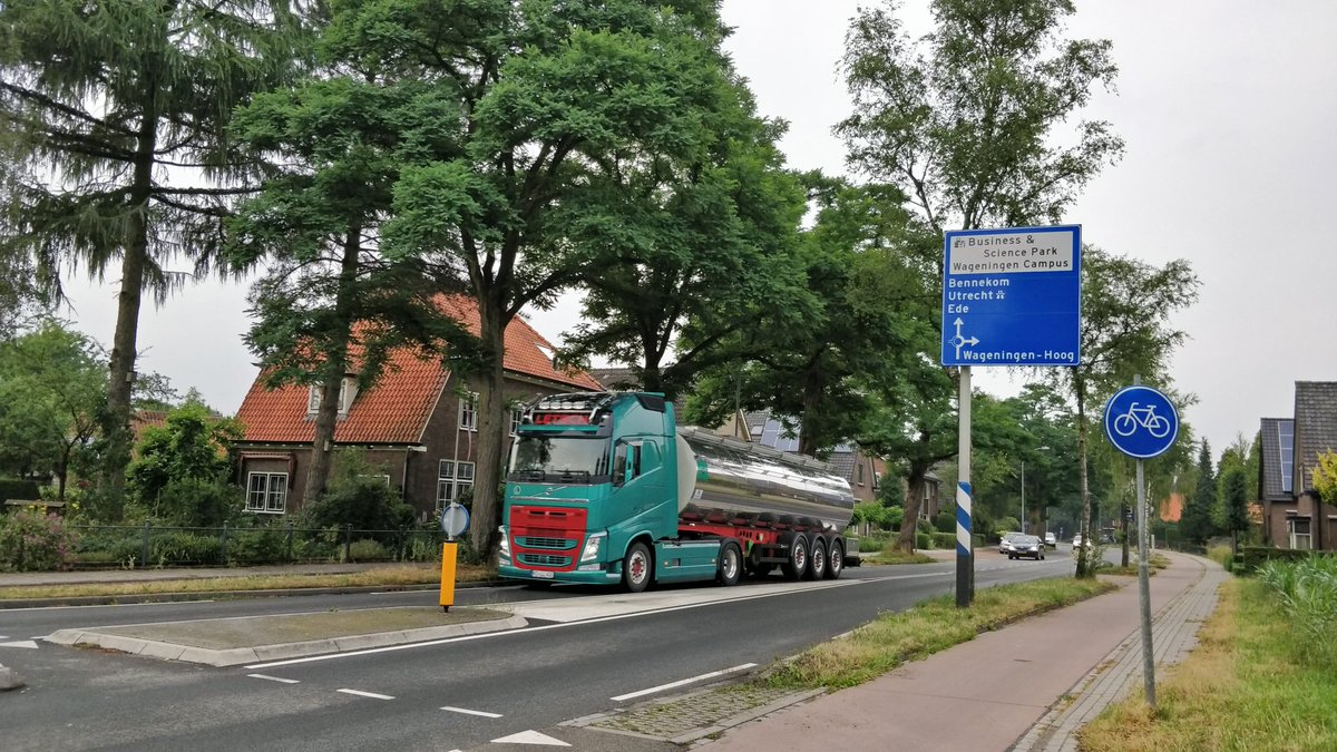 Dat snelwegverkeer via Wageningen sluipt is goed te zien aan de vele tientallen zware buitenlandse vrachtwagens die dagelijks over de Diedenweg denderen.