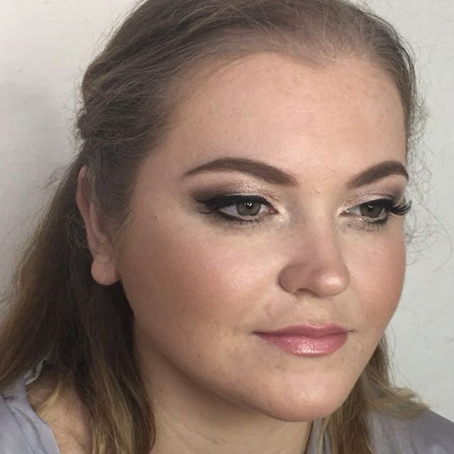 Bridesmaid Rose Gold Smokes #weddingmakeup #bridalmakeup #undiscovered_muas #makeupideas #makeupartist #makeupartistworldwide #makeupgoals #morphexjaclynhillpalette #anastasiabeverlyhills #norvina #hudabeauty #nikkietutorials #kkwbeauty #makeupaddict #fullglam  #fentybeauty #beforeandafter #beforeandaftermakeup #makeupvideos #hampshiremakeupartist #oxfordshirewedding #rosegoldeyeshadow