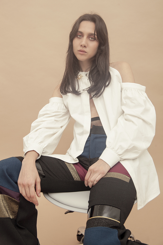 Ella: Camisa - Mancandy | Pantalón - Alfredo Martínez | Gargantilla - Jill Hopkins