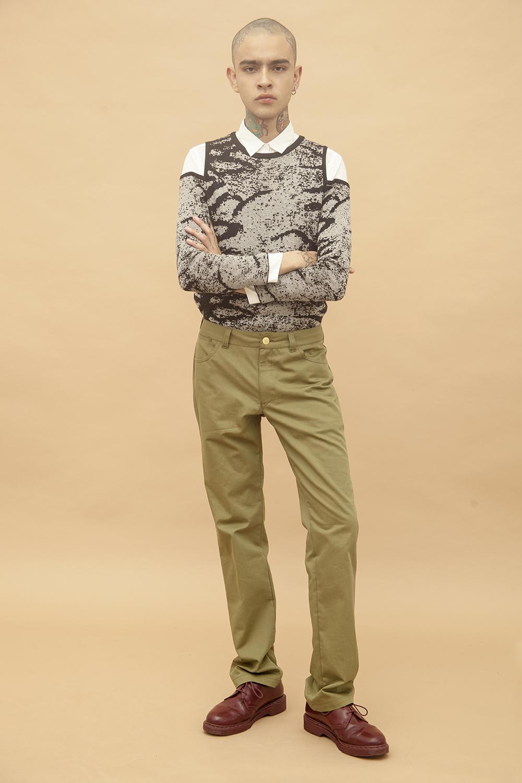 Él: Camisa y suéter - Calvin Klein | Pantalones: Adidas