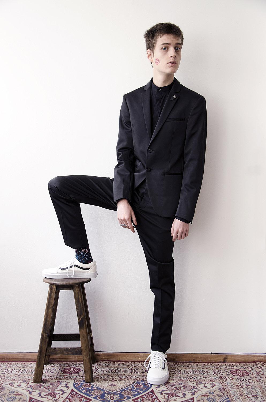 Traje y camisa: Zara | Calcetines: ADIDAS | Tenis: Vans