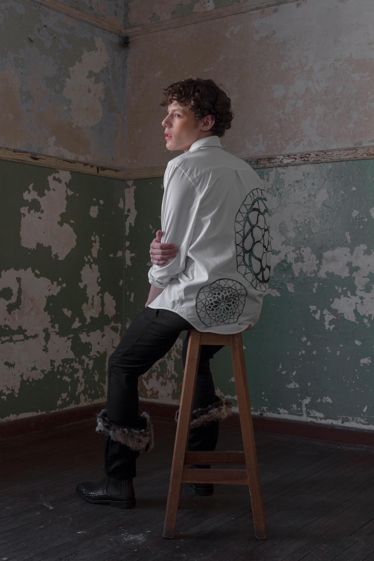 Pantalón de paño con piel y camisa blanca con seda de -Melanie Brunch. Botines de Zara.