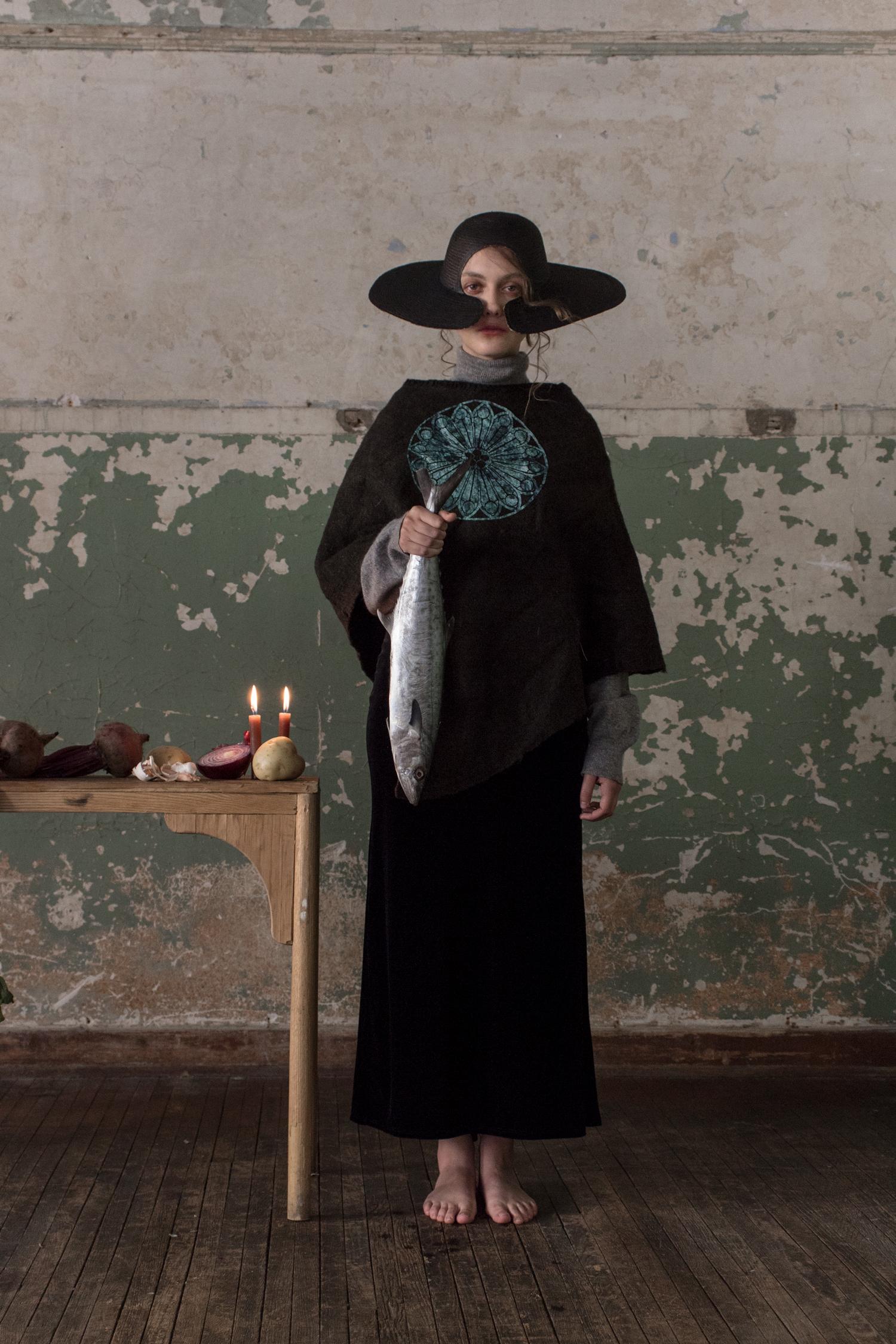 Suéter gris de Pringle of Scotland. Sombrero y quexquémitl con seda de Melanie Brunch. Falda de Terciopelo Vintage.