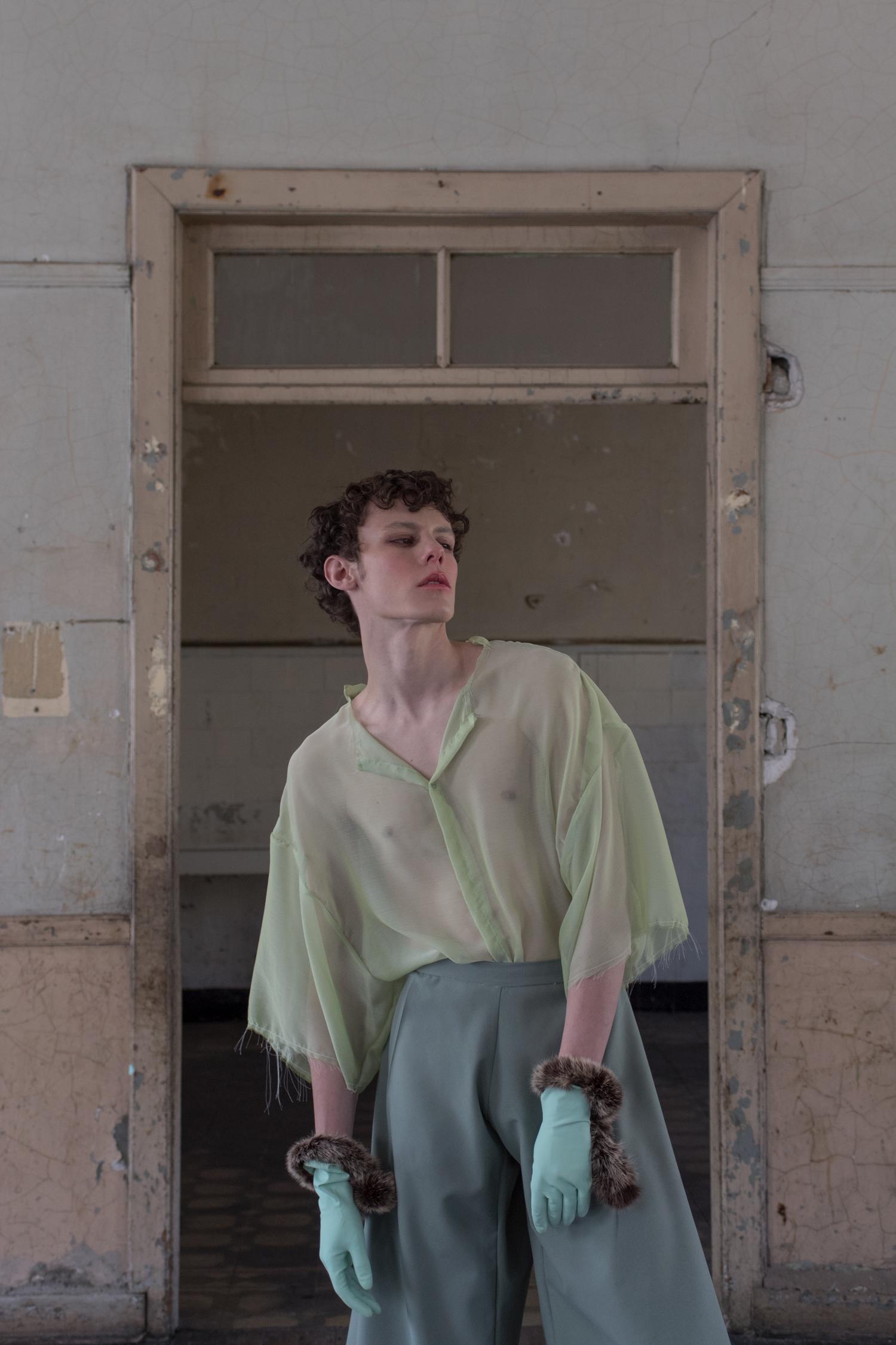 Blusa, Pantalón y guantes de látex con piel de Melanie Brunch. Sandalias de Zara.