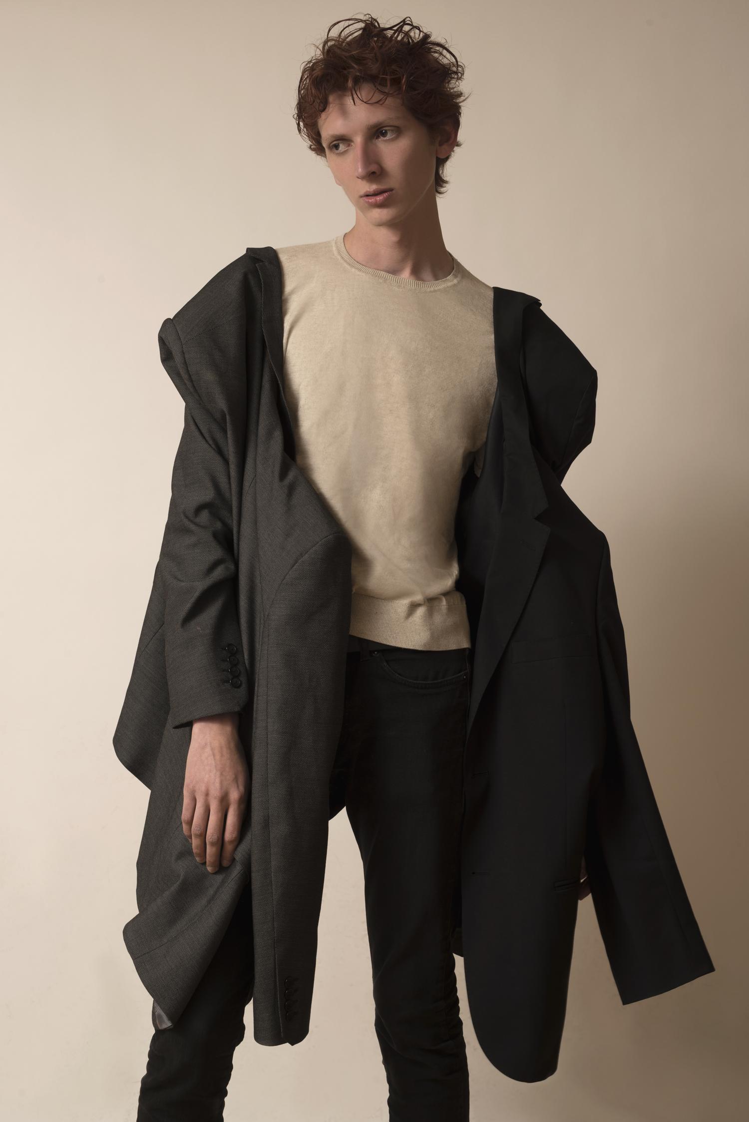 Saco:  CALVIN KLEIN, suéter:  ZARA, saco:  GIVENCHY, pantalón:  Levi's