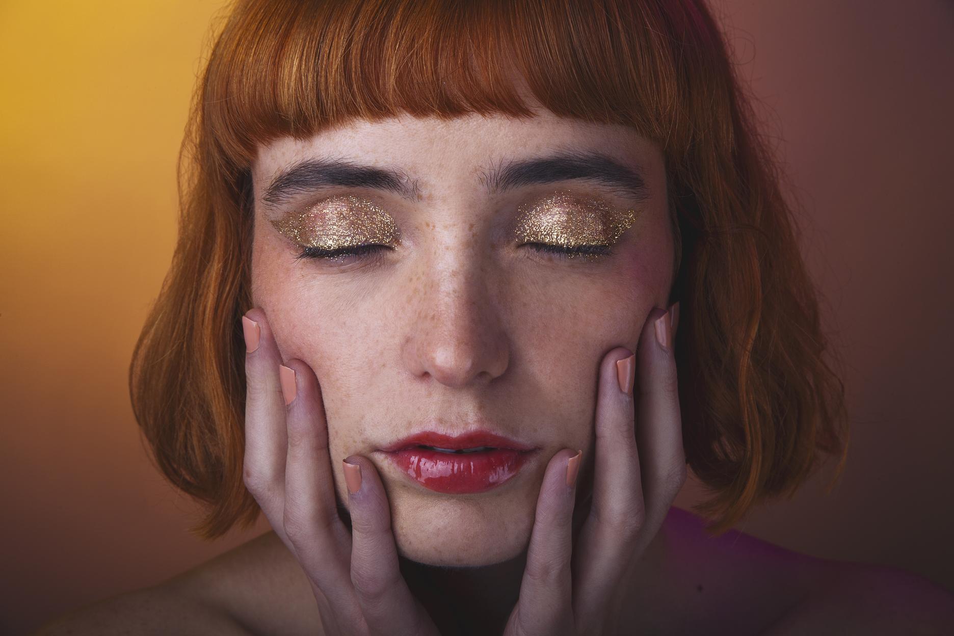 SKIN: Chanel, EYES : Mac Cosmetics y Chanel , LIPS: Mac Cosmetics y Chanel, Nails: Coquillage 560 Chanel.