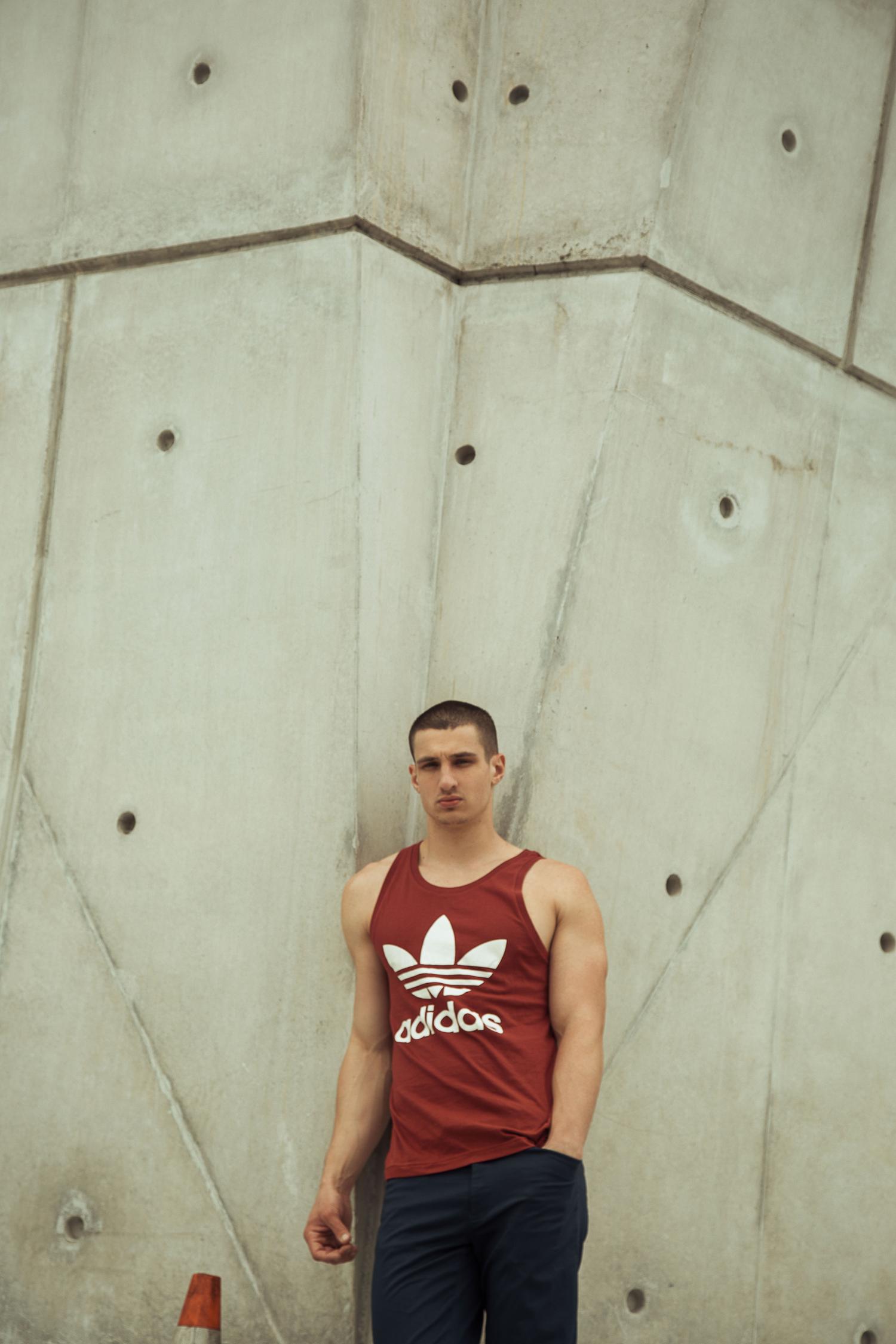 Tank top de  ADIDAS . Pants de  Ralph Lauren, zapatos de  Calvin Klein