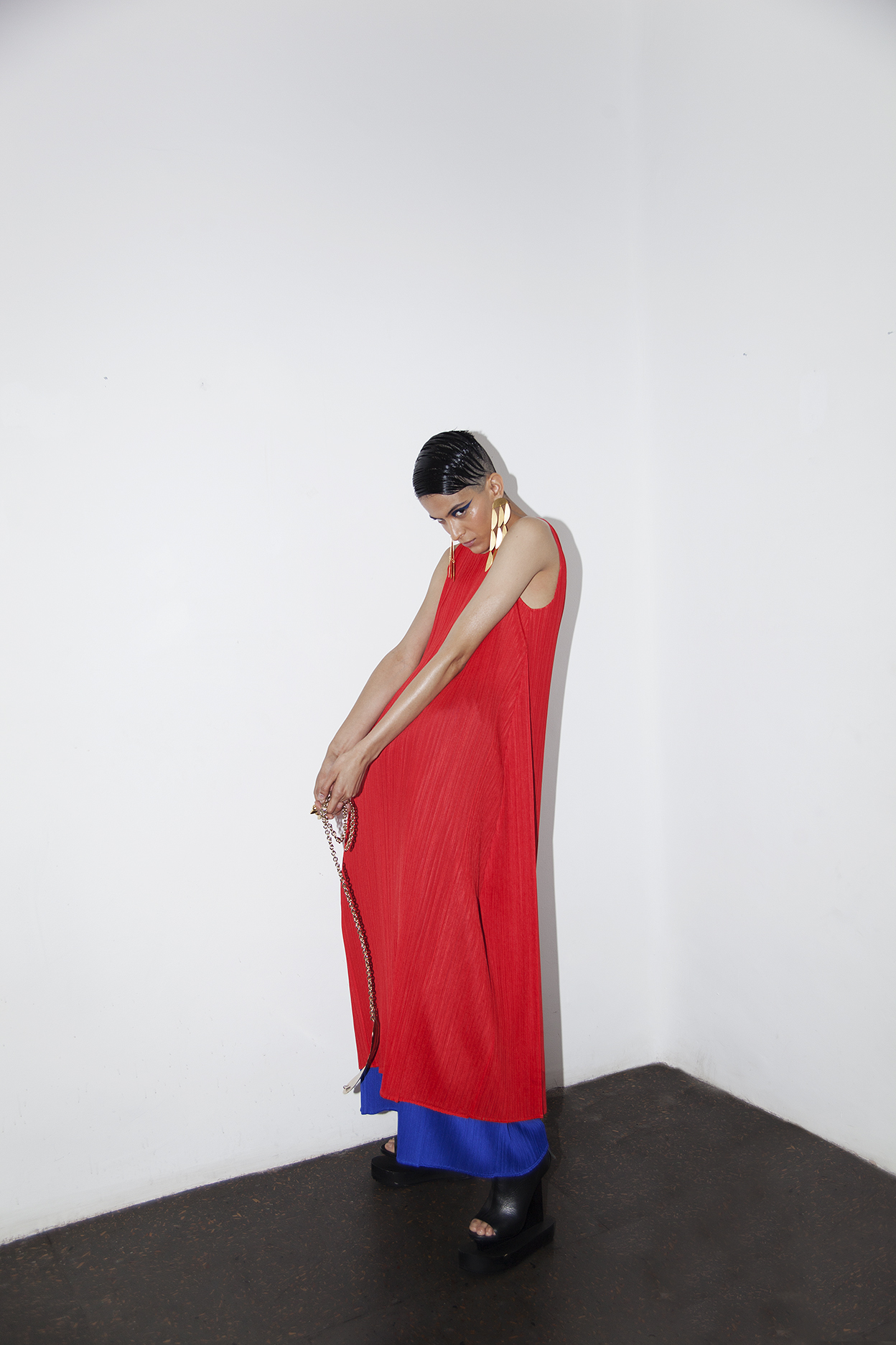 Total look  Issey Miyake,  zapatos y bolsa de la estilista.