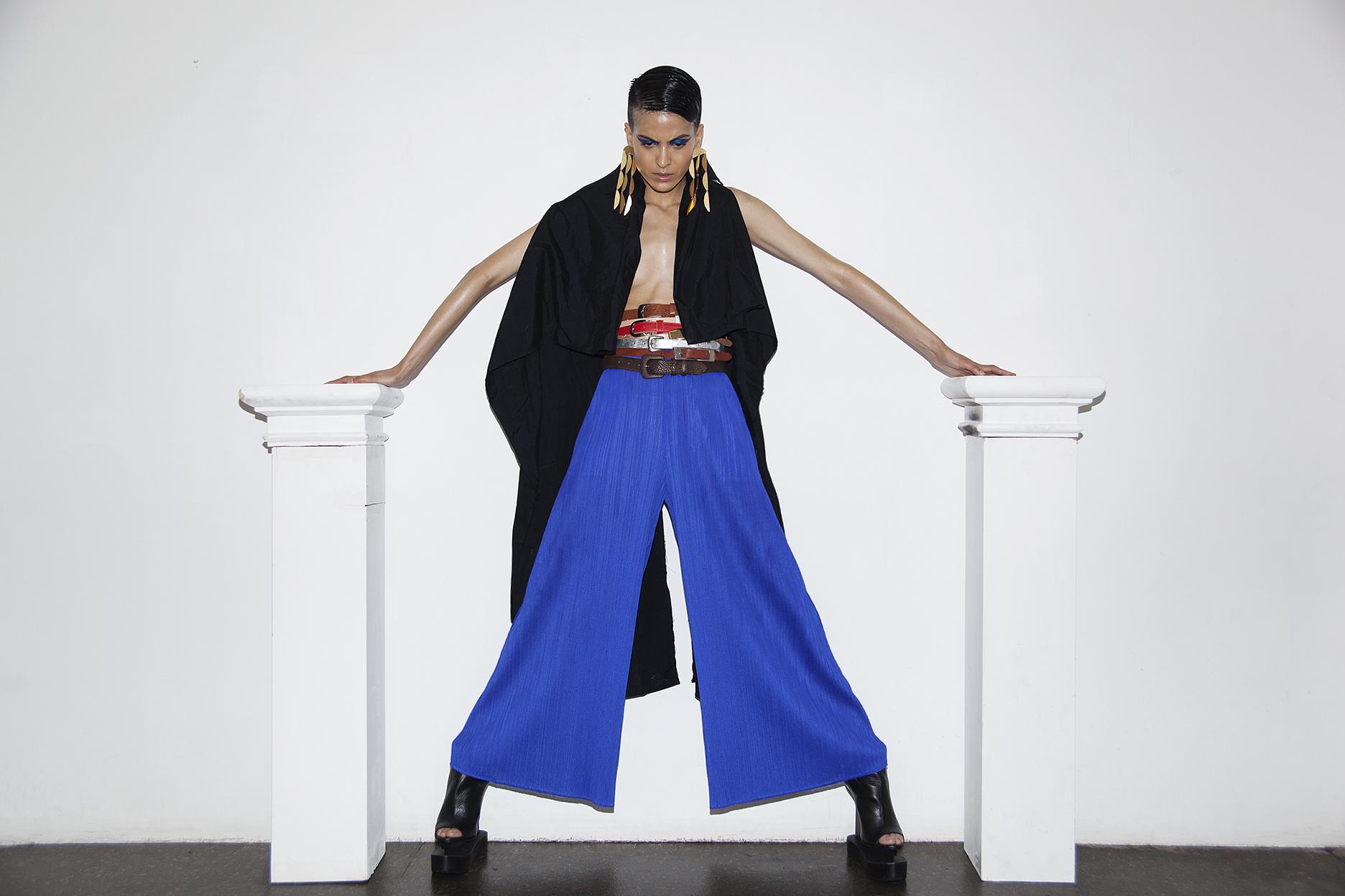 Pantalones  Issey Miyake , capa, zapatos y accesorios de la estilista.