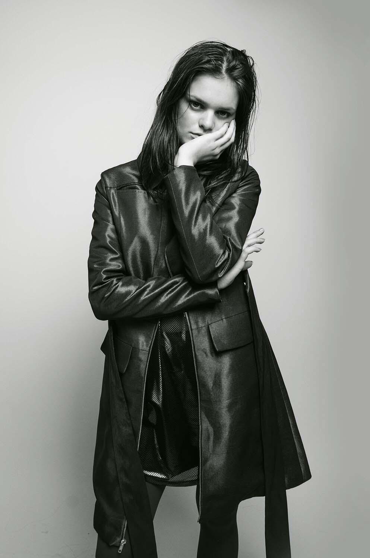 Gabardina  Jesús de la Garza ,  tank top   Forever 21 , medias del coordinador de moda.