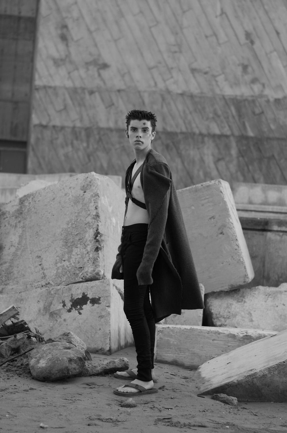 Abrigo y pantalón MANOV, chanclas y arnés vintage.