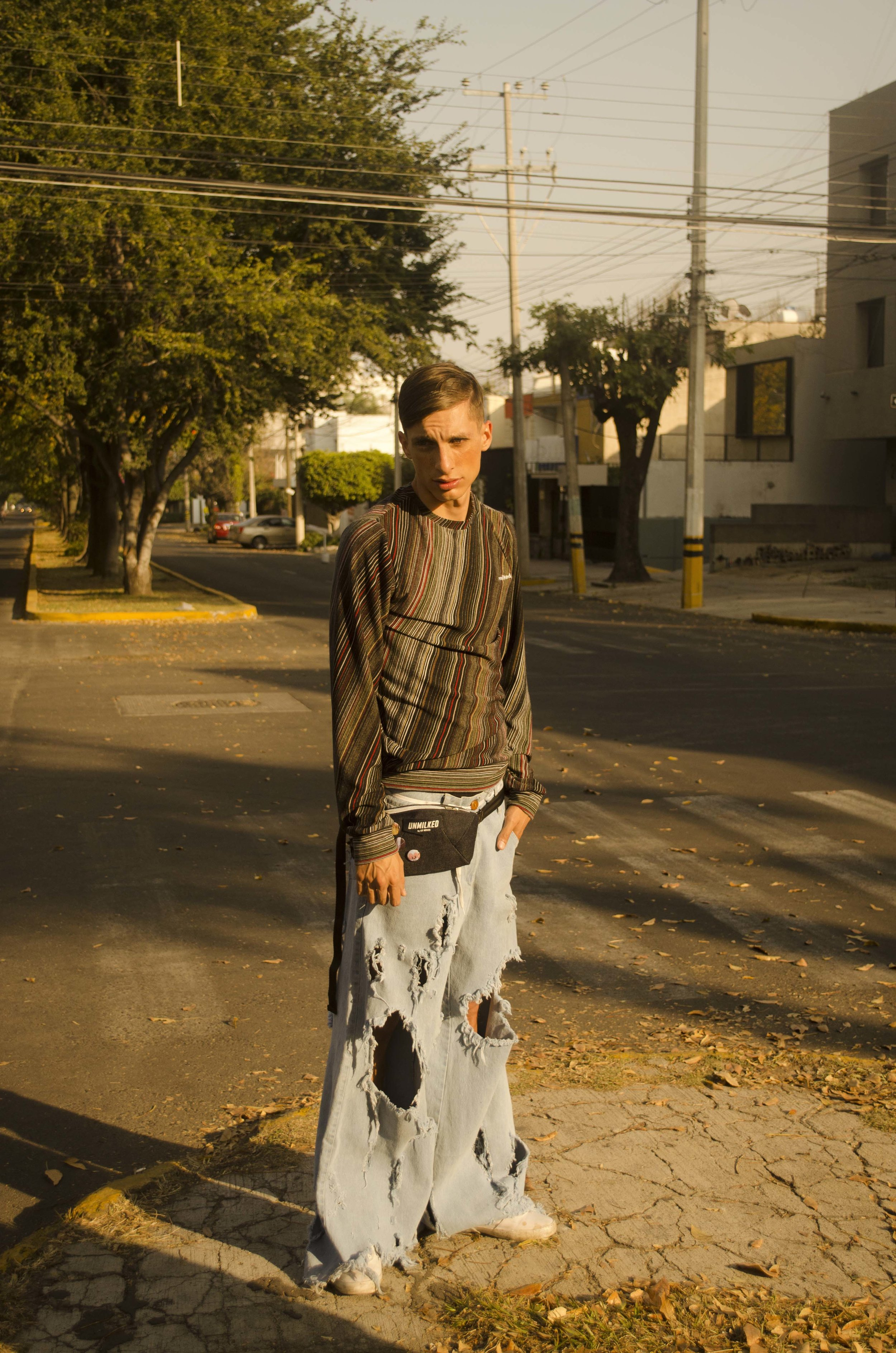 Suéter:  Unmilked  Cangurera:  Unmilked  Pantalón:  Weimar Youths  Sneakers del modelo
