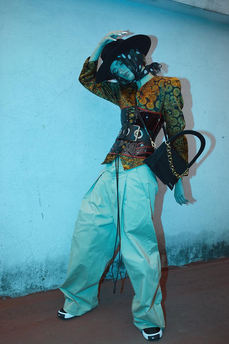sombrero   Gladys Tamez Millinery   saco  y mascada  vintage corset   Cyber Dog   cinturón   Maison Martin Margiela   pantalón   Mancandy   tenis   Tommy Hilfiger   bolsa   Jaquemus