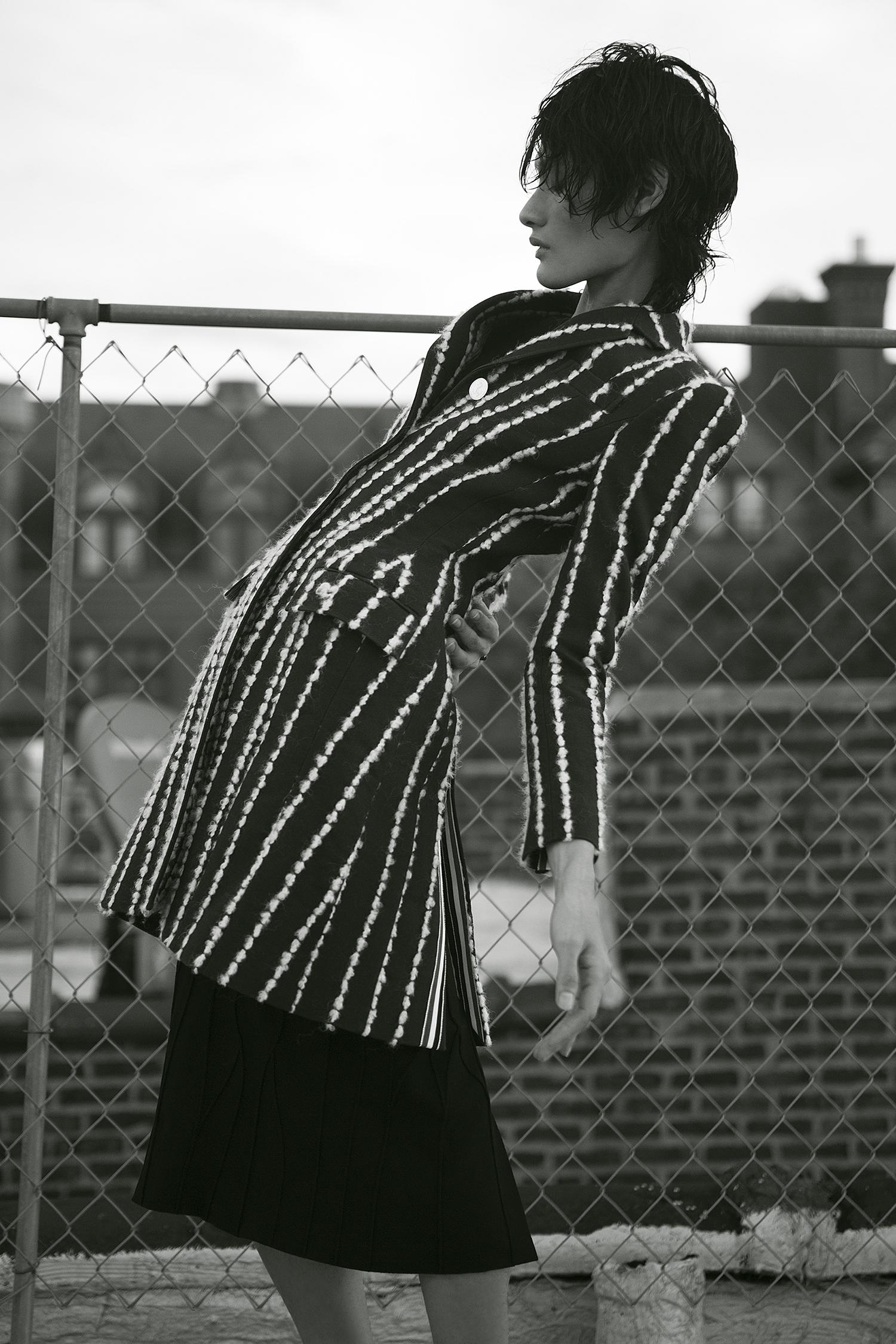 Abrigo de cuello ancho Thom Browne y vestido ajuste anatómico, Saks Fifth Avenue.