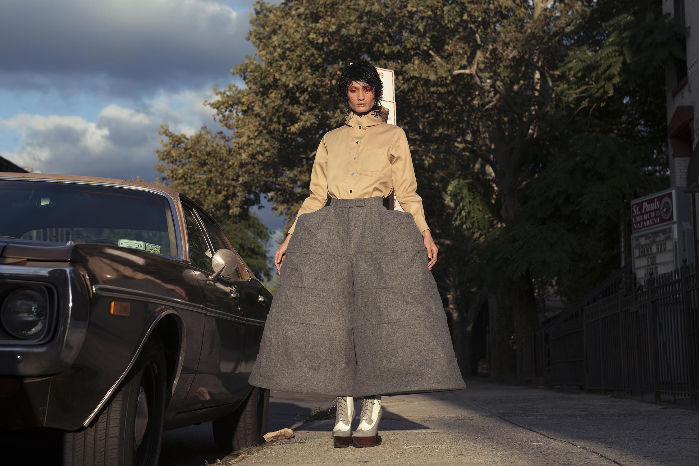 Pantalón de talle alto, camisa/falda y botines Thom Browne, todo de Saks Fifth Avenue.