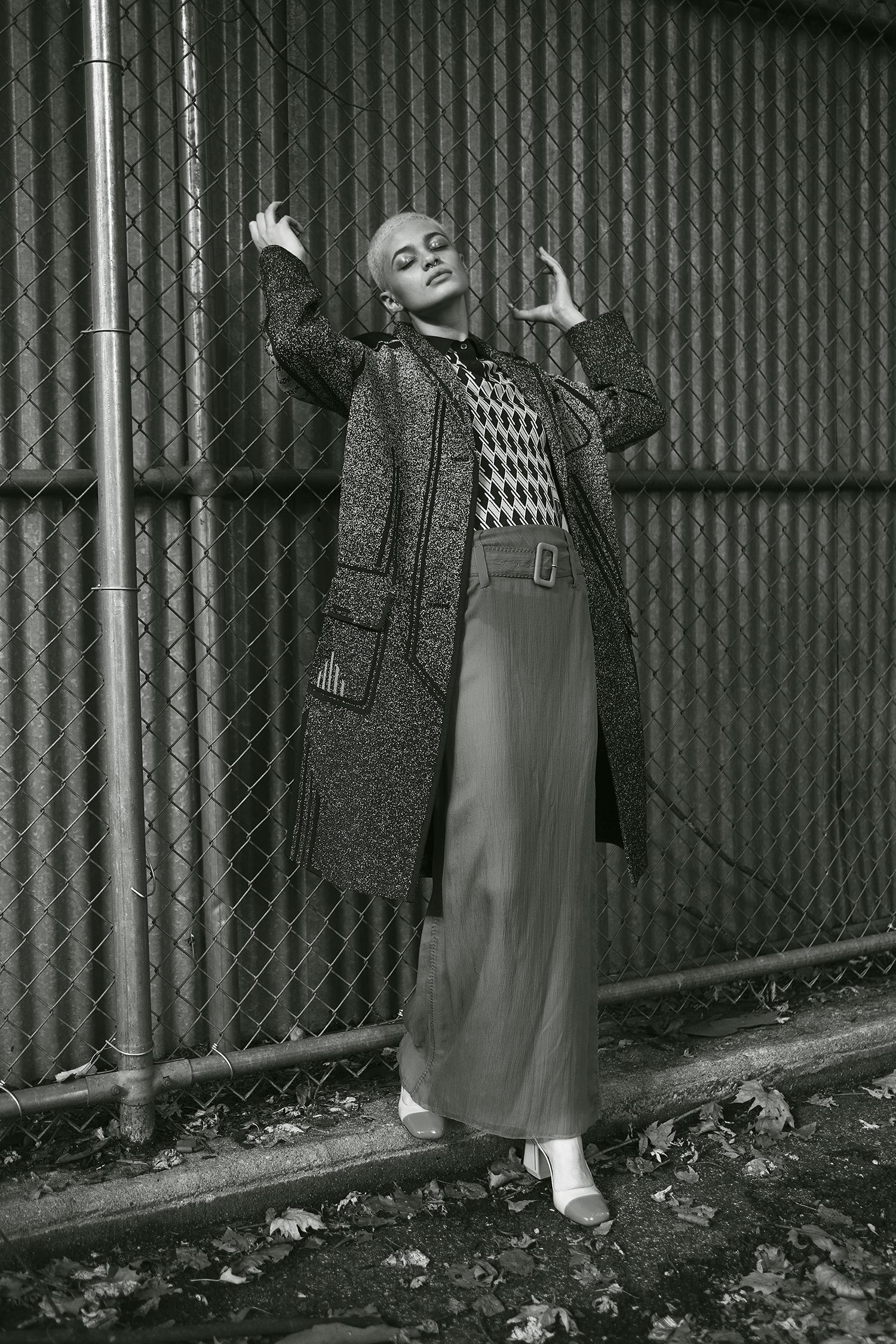 Abrigo Prada, falda chiffon, top tejido de lana y zapatos de Prada, Saks Fifth Avenue.