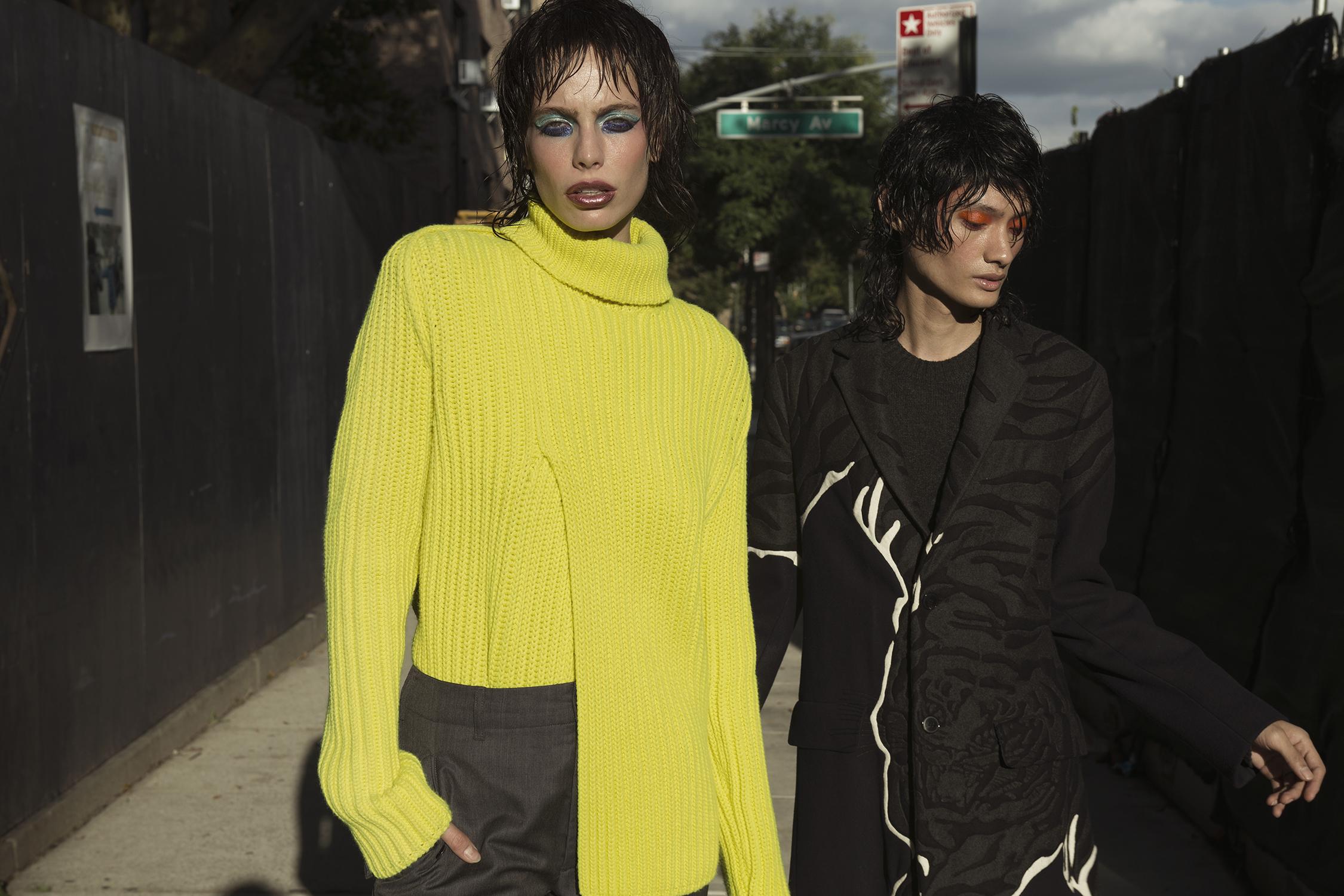Izquierda: suéter de cuello ancho, pantalón slim de Louis Vuitton, Saks Fifth Avenue. Derecha: abrigo para hombre de Valentino, suéter tejido, Saks Fifth Avenue.